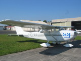 Weißes Flugzeug auf Platz