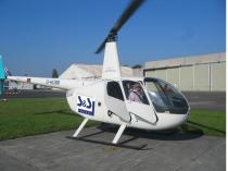 Weißer Helikopter auf Startplatz
