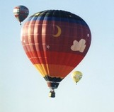 Roter Heißluftballon Himmel zwei Ballone