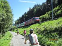 Glacier-Express Radfahrer Zug grün