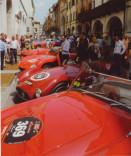 Rote Autos Innenstadt Menschen